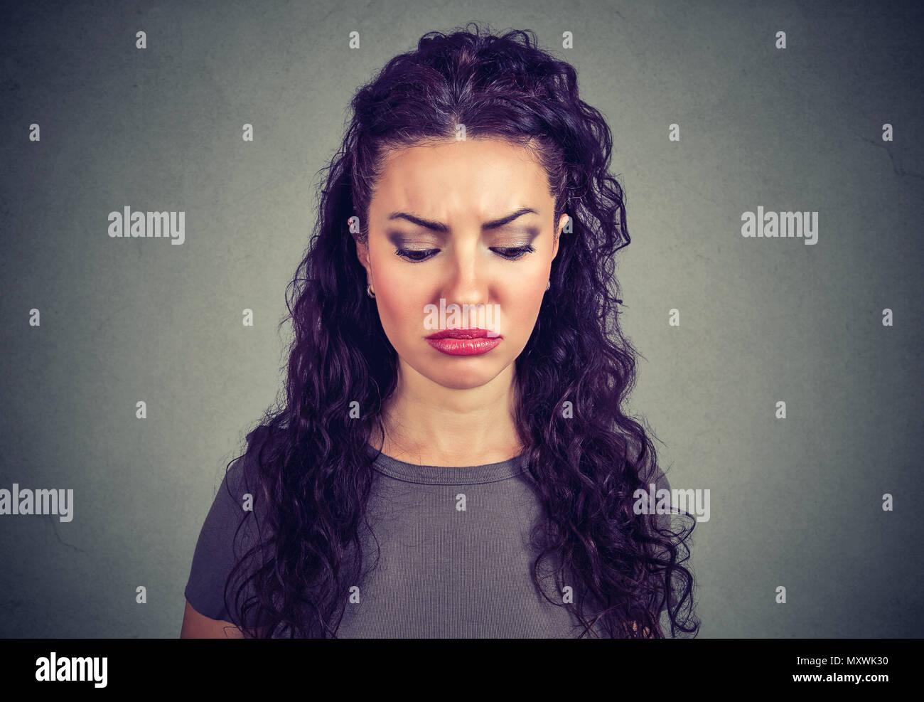 Hermosa mujer mirando hacia abajo en la desesperación buscando lástima sentir desesperada Imagen De Stock