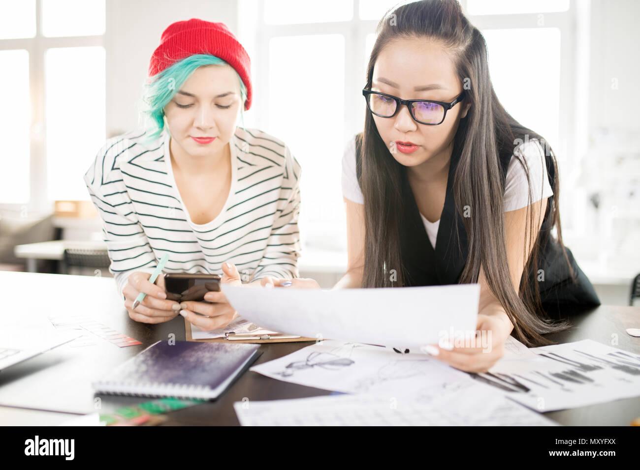 Retrato De Dos Mujeres Jóvenes Creativos Trabajan En Diseño De Moda