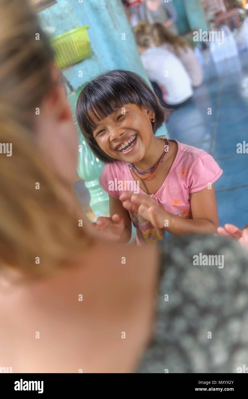 Año sabático vacaciones voluntarias o El volunturismo en un orfanato, Tailandia Imagen De Stock