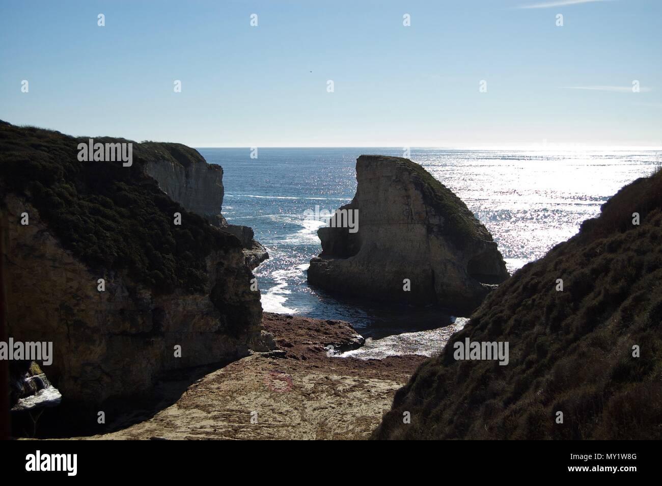 Hermosa vista costera en California (EEUU): océano Pacífico con acantilados de roca caliza con olas y un claro cielo de verano azul sin nubes Imagen De Stock
