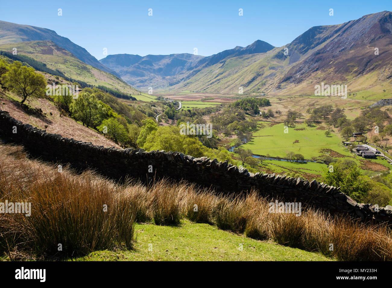 Ver arriba Nant Ffrancon valle hasta las montañas del Parque Nacional de Snowdonia en verano. Bethesda, Gwynedd, al norte de Gales, Reino Unido, Gran Bretaña Imagen De Stock