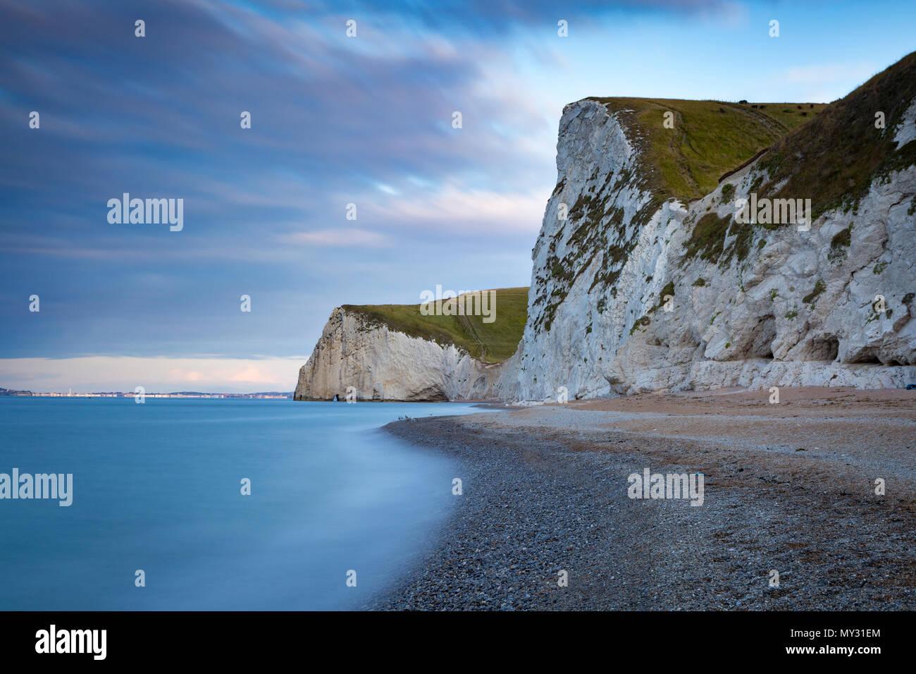 Amanecer sobre Bats Head, Swyre Head, y la Costa Jurásica cerca de Durdle Door, Dorset, Inglaterra Foto de stock