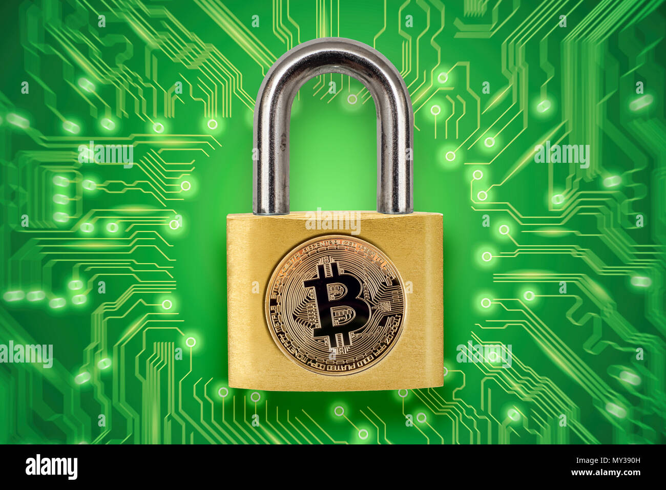 Candado roto con logotipo bitcoin. Imagen conceptual ilustrando crypto moneda hacking y robo. Imagen De Stock