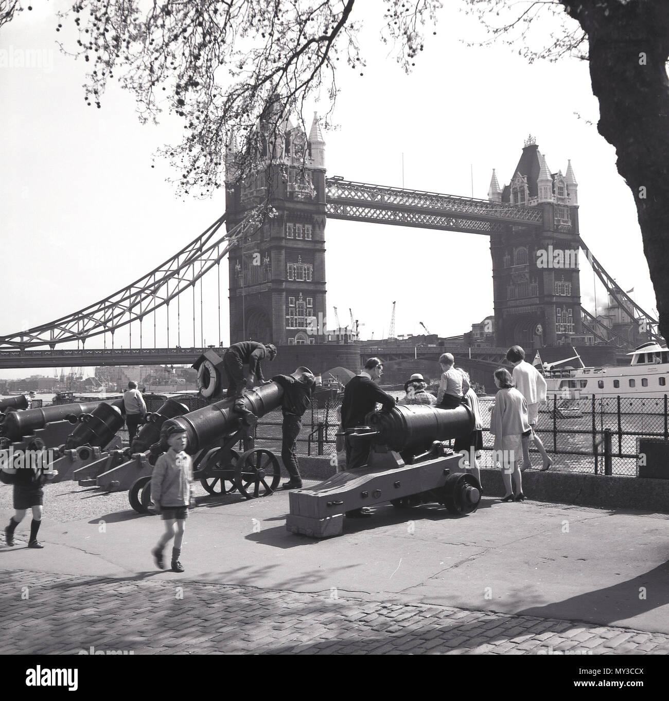 1950 Ninos Jugando En Los Antiguos Canones De Artilleria Por La