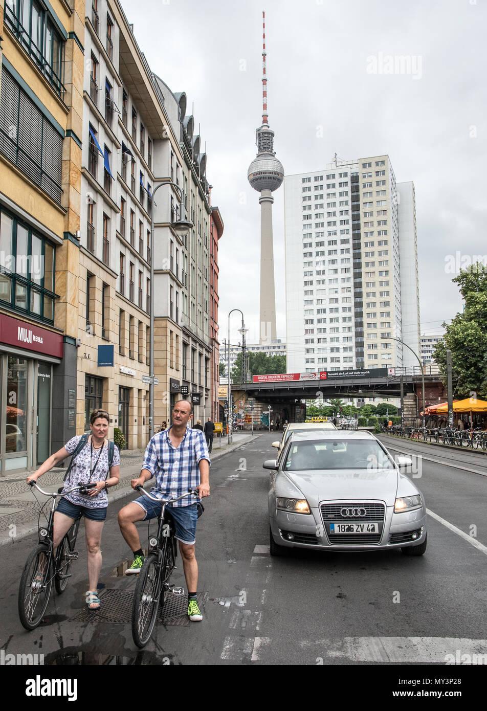 Gente en bicicleta en Berlín Oriental Alemania Imagen De Stock