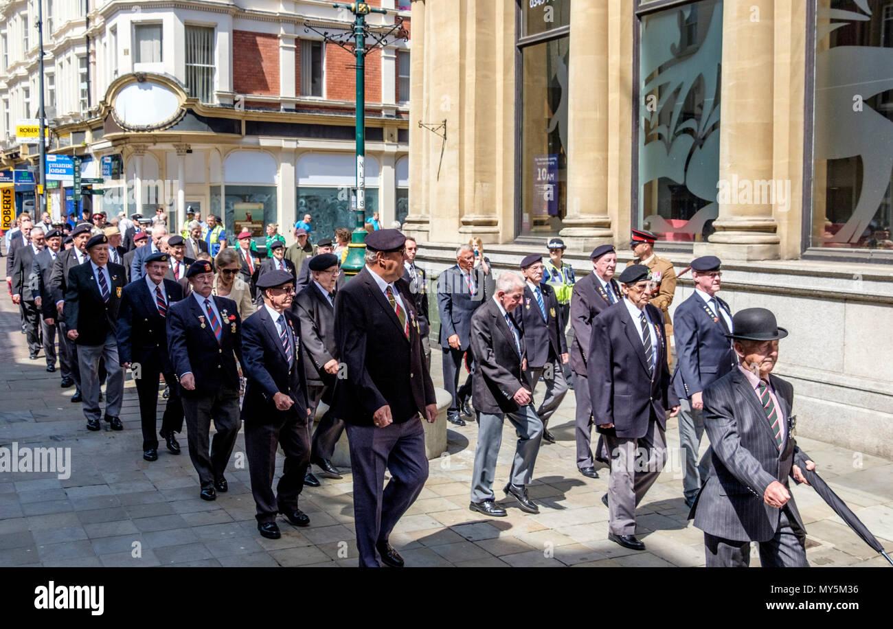 Newport, Gwent, Gales, Reino Unido. 6 de junio de 2018. El desfile anual organizado por el Royal Welsh camaradas asociación aúna Welsh, grupos de la Legión Británica y ex miembros de las fuerzas armadas que deseen recordar la invasión por las fuerzas aliadas de Europa ocupada el 6 de junio de 1944. En este 74 aniversario, los zapatos se iluminó y medallas pulidos antes de que desfilaron con orgullo y marchó hacia el alto st hasta el día D Memorial. Después de que el servicio de corta, la multitud aplaudió. © Crédito: Mr Standfast/Alamy Live News Imagen De Stock