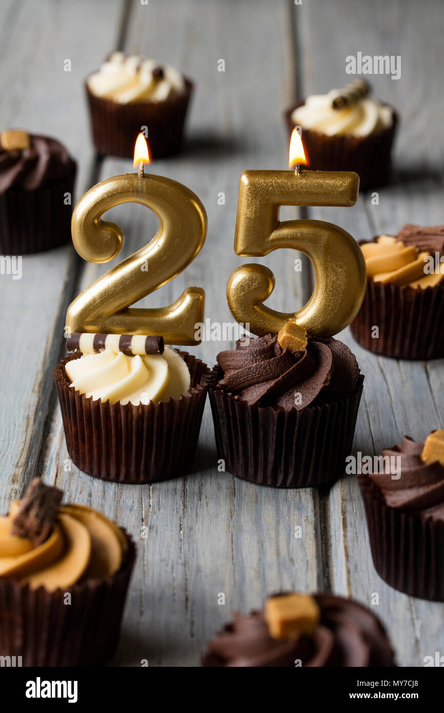 Celebracion De Cumpleanos Numero 25 Cupcakes Sobre Un Fondo De
