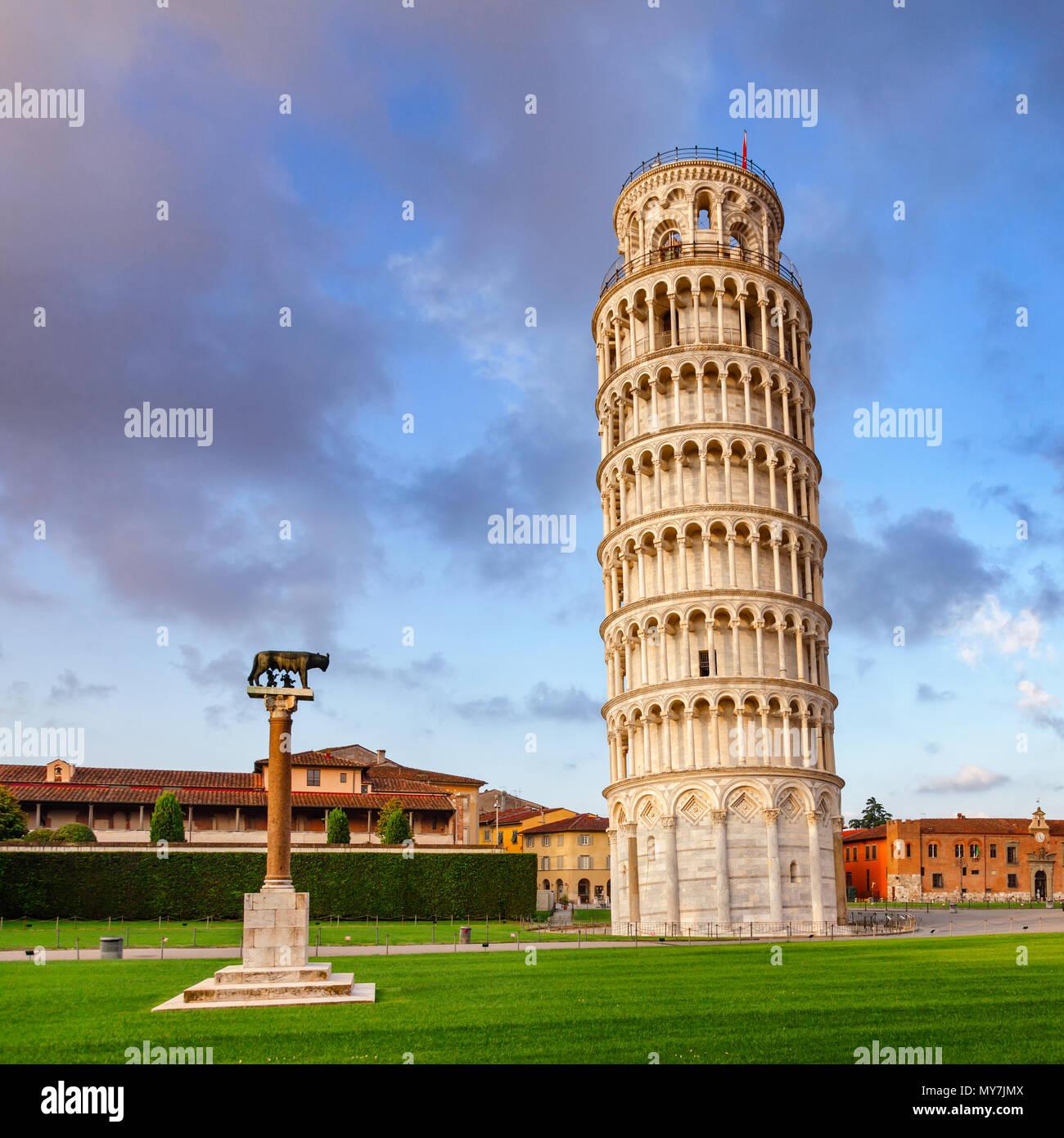 Torre de Pisa medieval (Torre di Pisa) en la Piazza dei Miracoli (Piazza del Duomo), famoso sitio de Patrimonio Mundial de la UNESCO y atracción turística Imagen De Stock