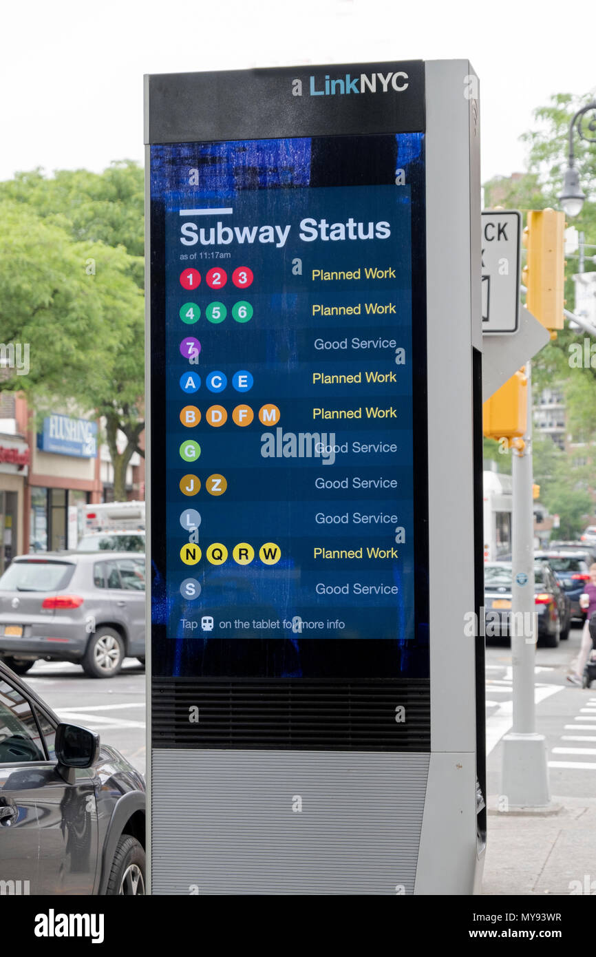 Un terminal LINKNYC en Forest Hills, Queens, que proporciona llamadas telefónicas gratuitas, servicio de WIFI, anuncios de servicio público y divertido mensajes Imagen De Stock