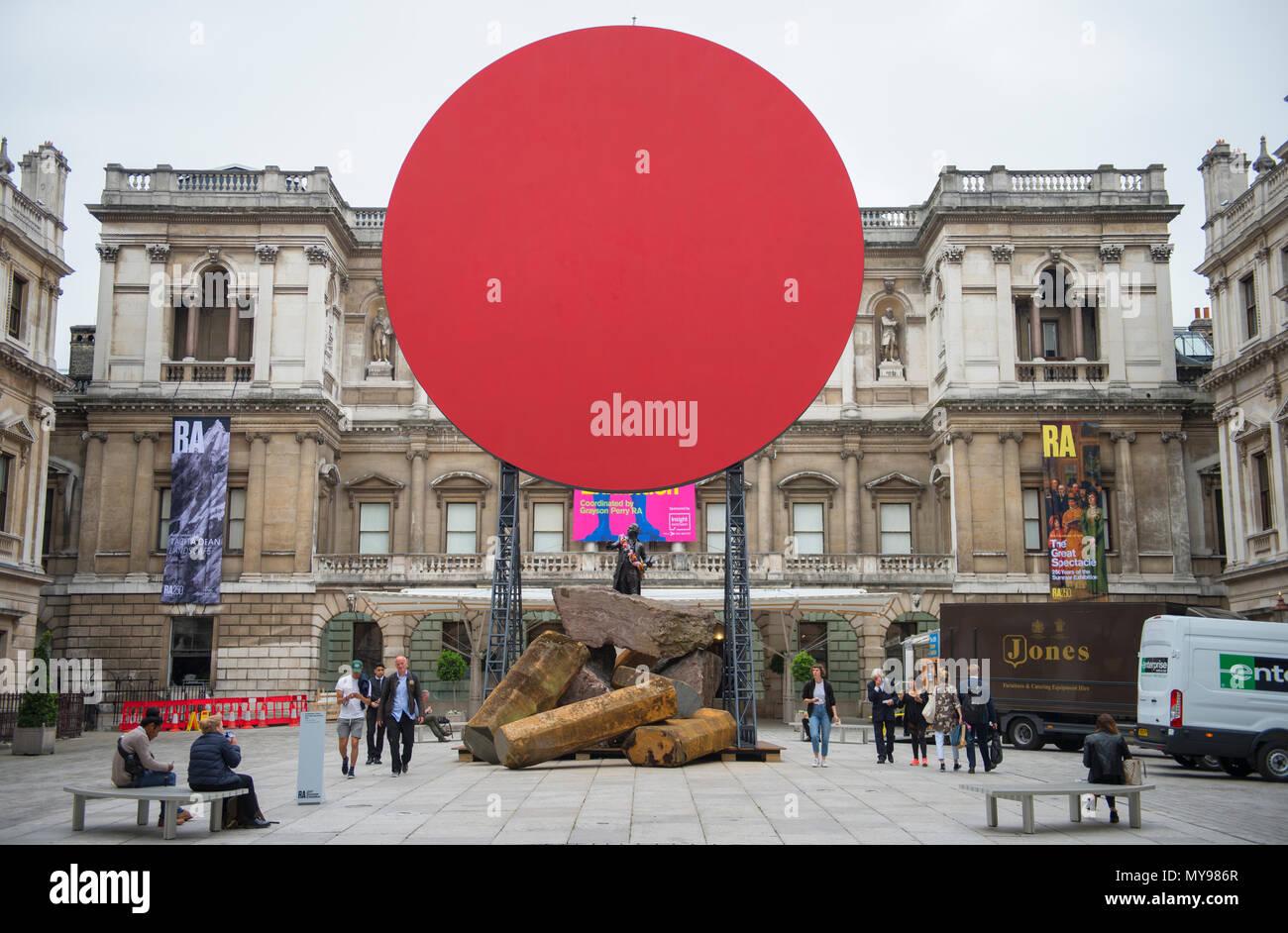 4 de junio de 2018. Sir Anish Kapoor RA escultura, Sinfonía de una amada hija, 2018, en la Annenberg Courtyard, la Royal Academy Of Arts. Imagen De Stock