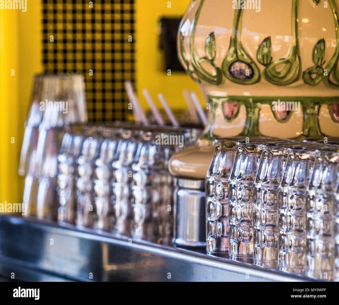 Recién lavados vasos de cerveza de pie en un contador y esperar a que los bebedores, intencionalmente baja profundidad de enfoque, borrosas Foto de stock