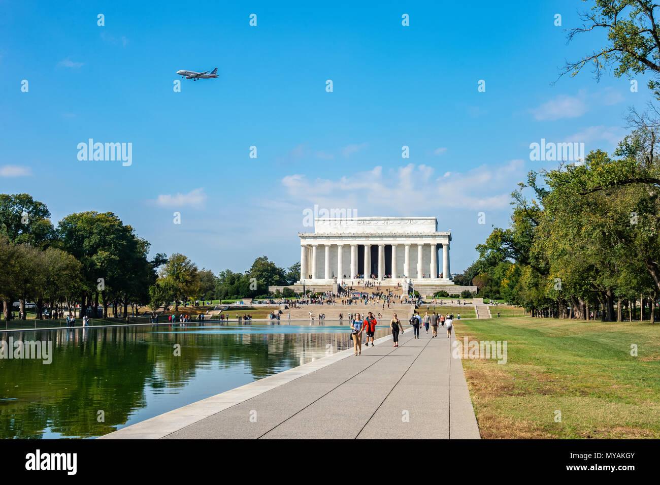 Washington, D.C., octubre de 2016: un avión rumbo a Aeropuerto Nacional Reagan flota sobre el Lincoln Memorial en una fresca mañana de otoño Imagen De Stock