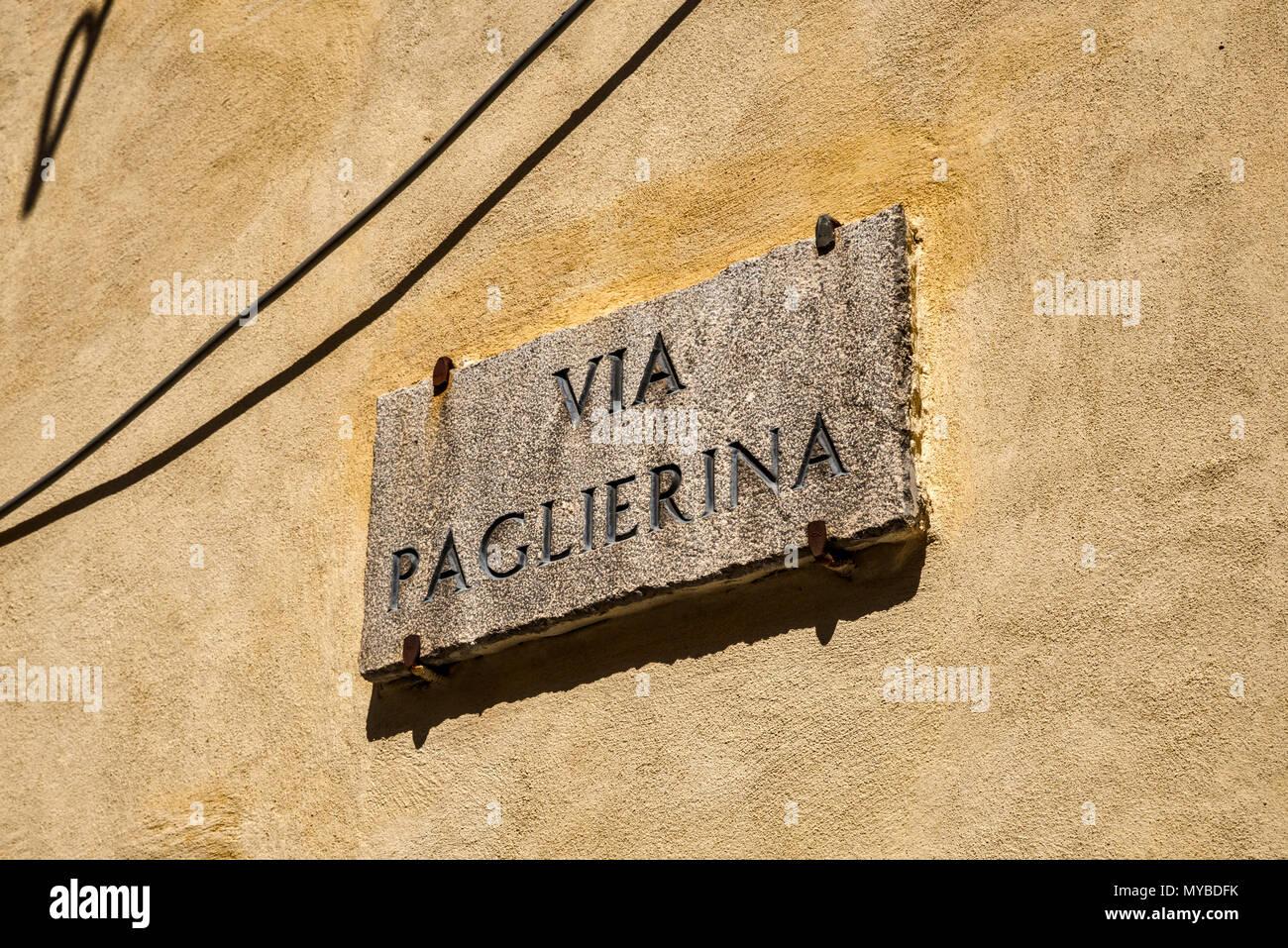Cartel con el nombre de la calle en Via Paglierina en el centro histórico de la ciudad de montaña de Morano Calabro, Calabria, Italia Foto de stock