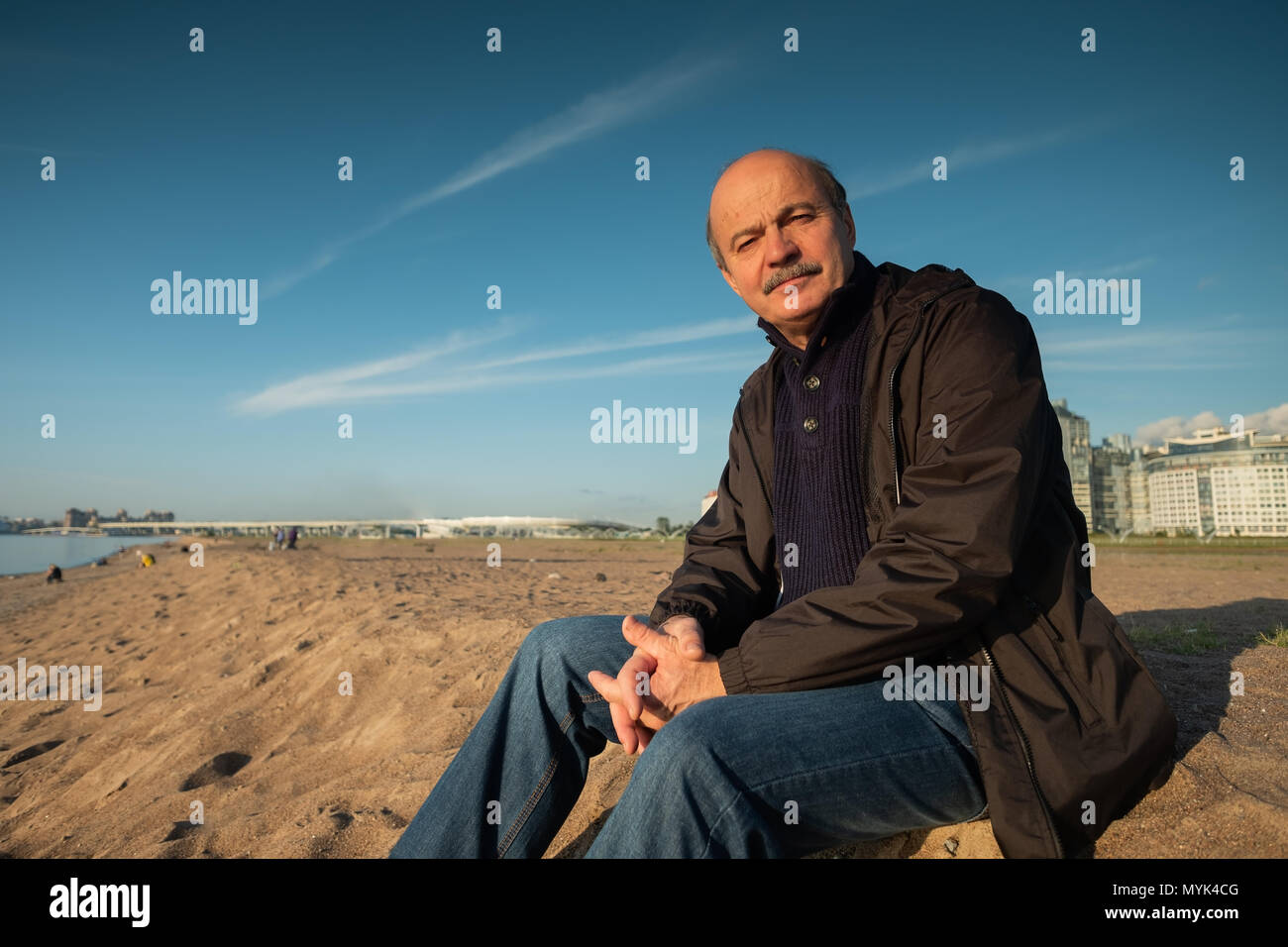 Retrato de un hombre superior al aire libre Imagen De Stock
