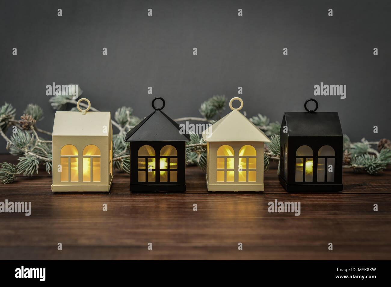 8d273fd6a0e Fila de lámparas decorativas en forma de pequeñas casas - Decoración de Navidad  sobre fondo de madera closeup