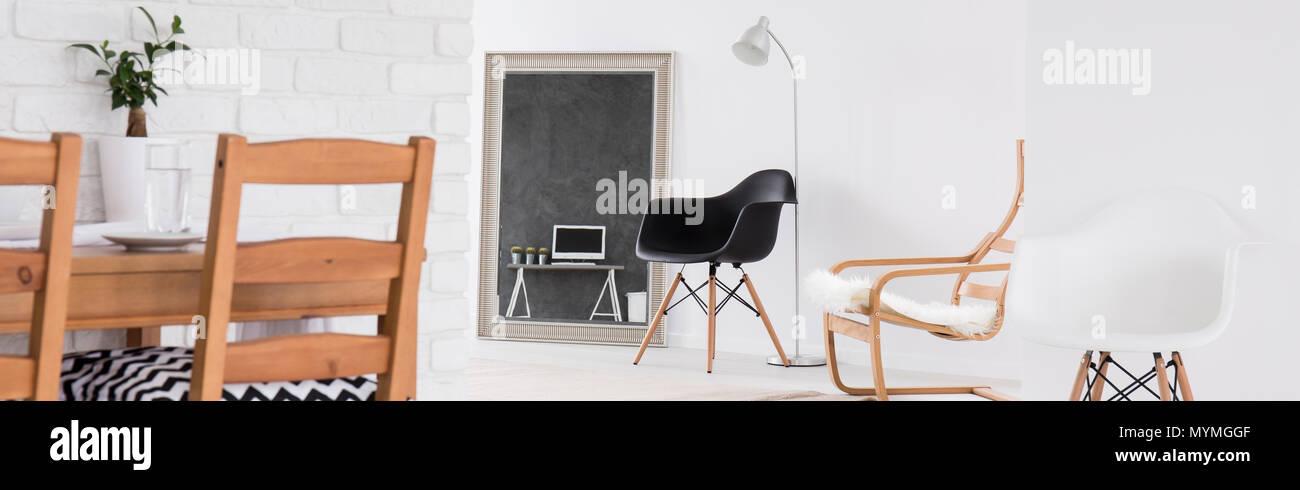 Un moderno salón grande con mesa de comedor de madera y ...