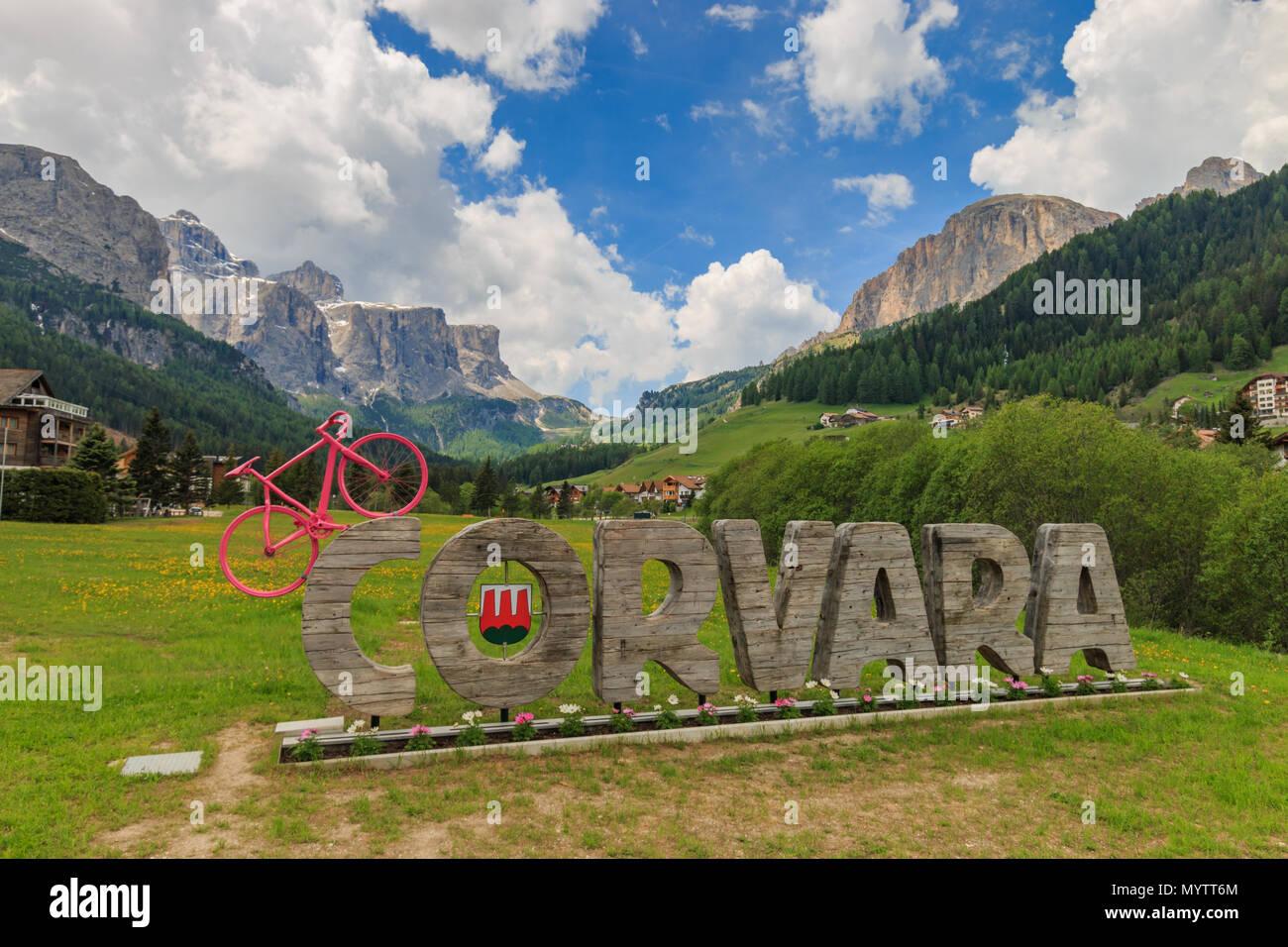 Corvara, Italia - 31 de mayo de 2017: la entrada de la aldea Corvara en Tirol del Sur con una bicicleta rosa simboliza la carrera de ciclismo Giro d'Italia atravesó Imagen De Stock