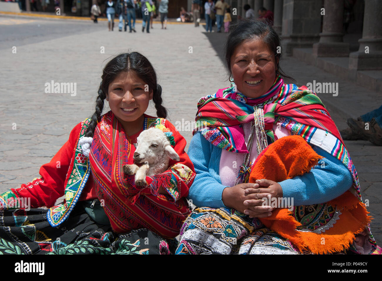 116a2b87f Perú señoras en traje tradicional posando para fotografías en la ...