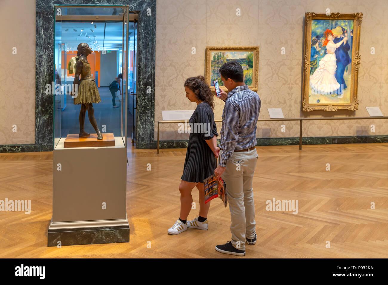 Pareja joven admirar la Pequeña bailarina de 14 años de edad, Edgar Degas, 1888, Museum of Fine Arts, Boston, Mass, Estados Unidos, América del Norte Imagen De Stock