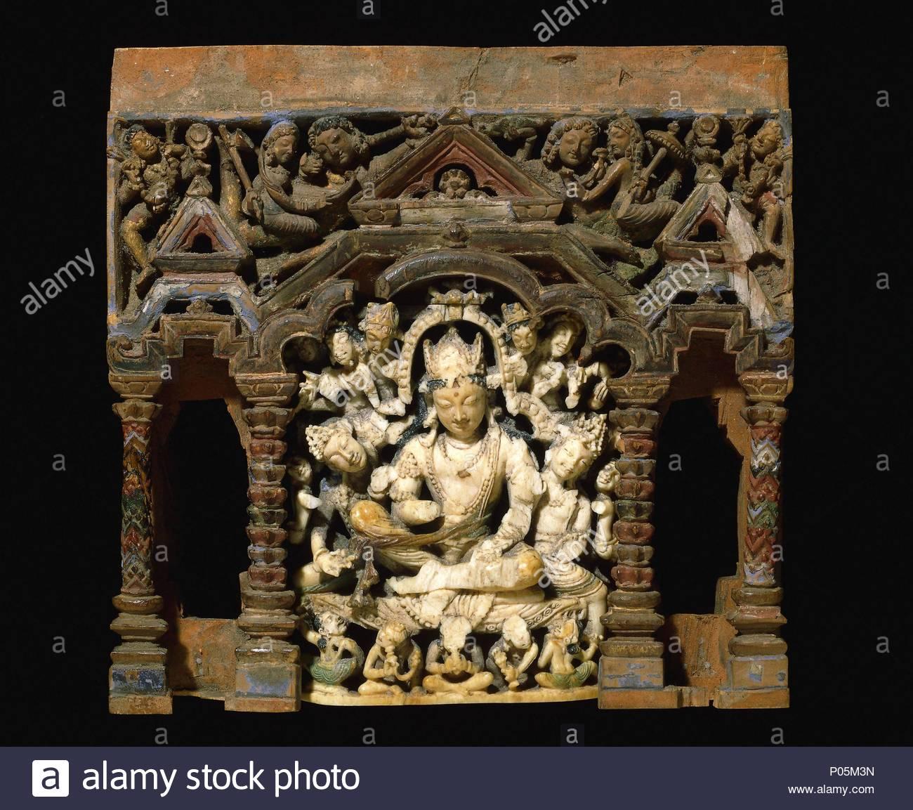 fe5f8804abb Bodhisattva budista de marfil (santo) en un santuario de madera ...