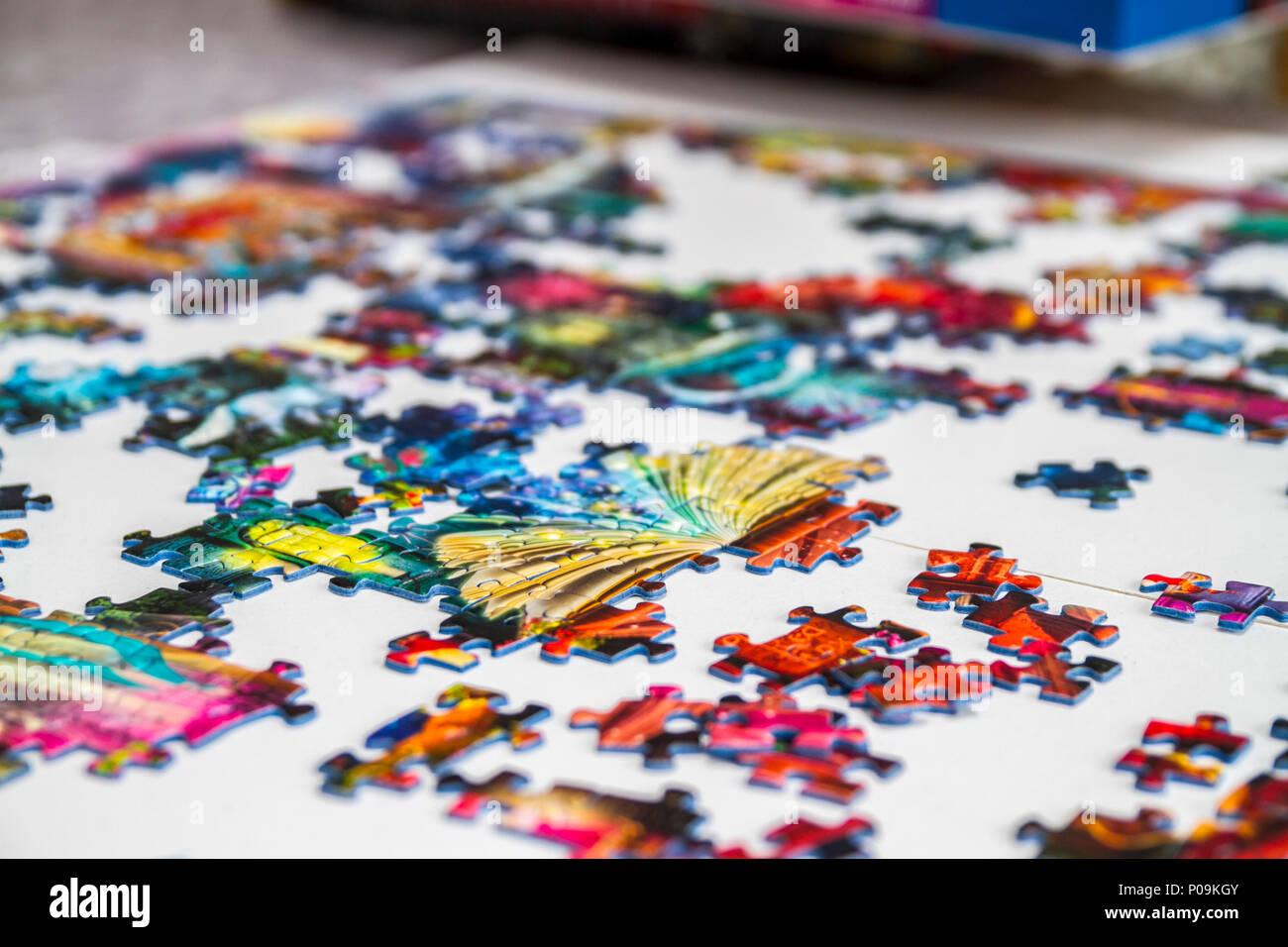 Grandes piezas de un rompecabezas de 1.000 piezas de varios colores, colorido, diversión familiar educativa Foto de stock