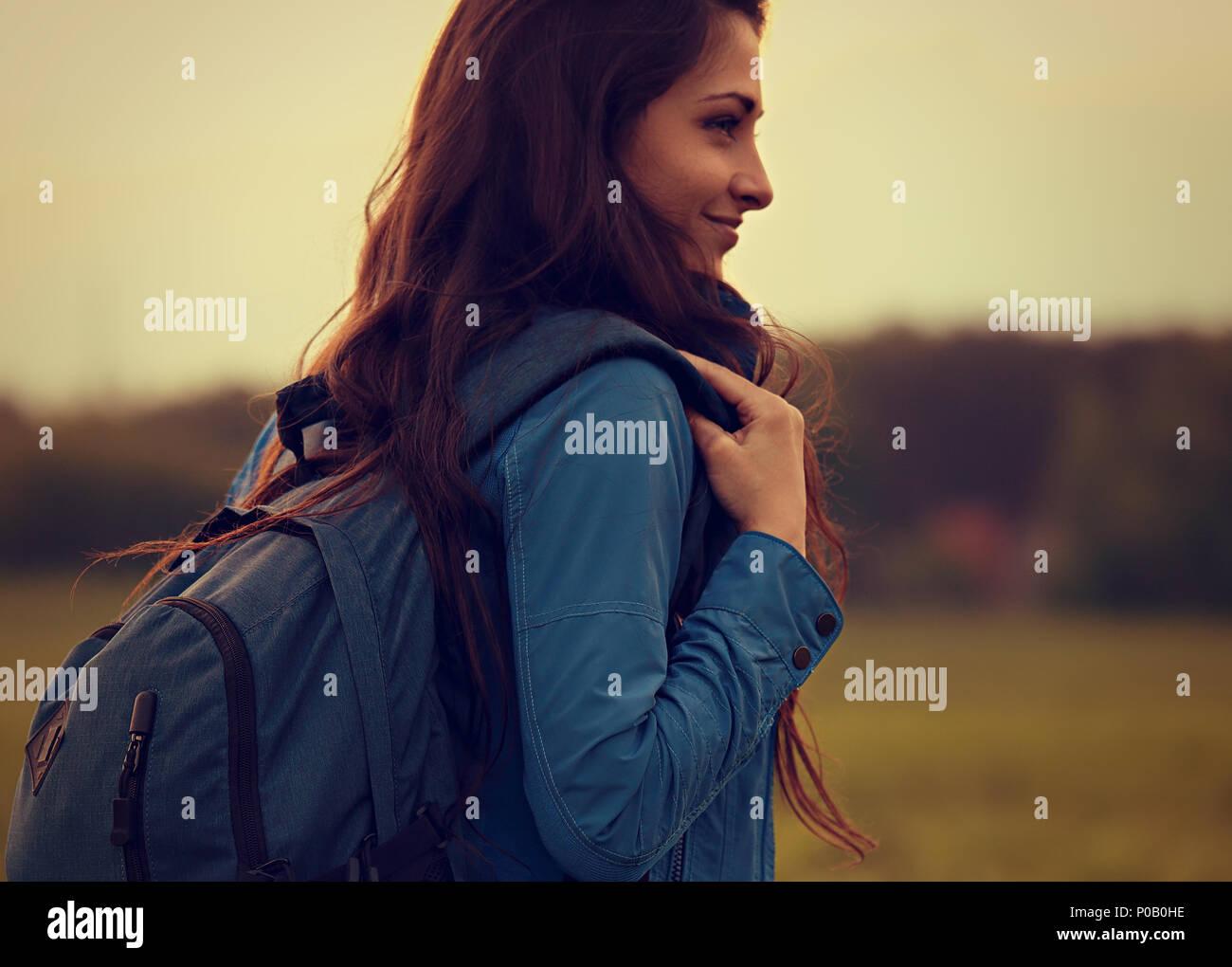 Feliz mochileros aventureros mujer tienen un camping con azul enorme gaita en la naturaleza atardecer de verano antecedentes closeup retrato vintage en tonos. Imagen De Stock