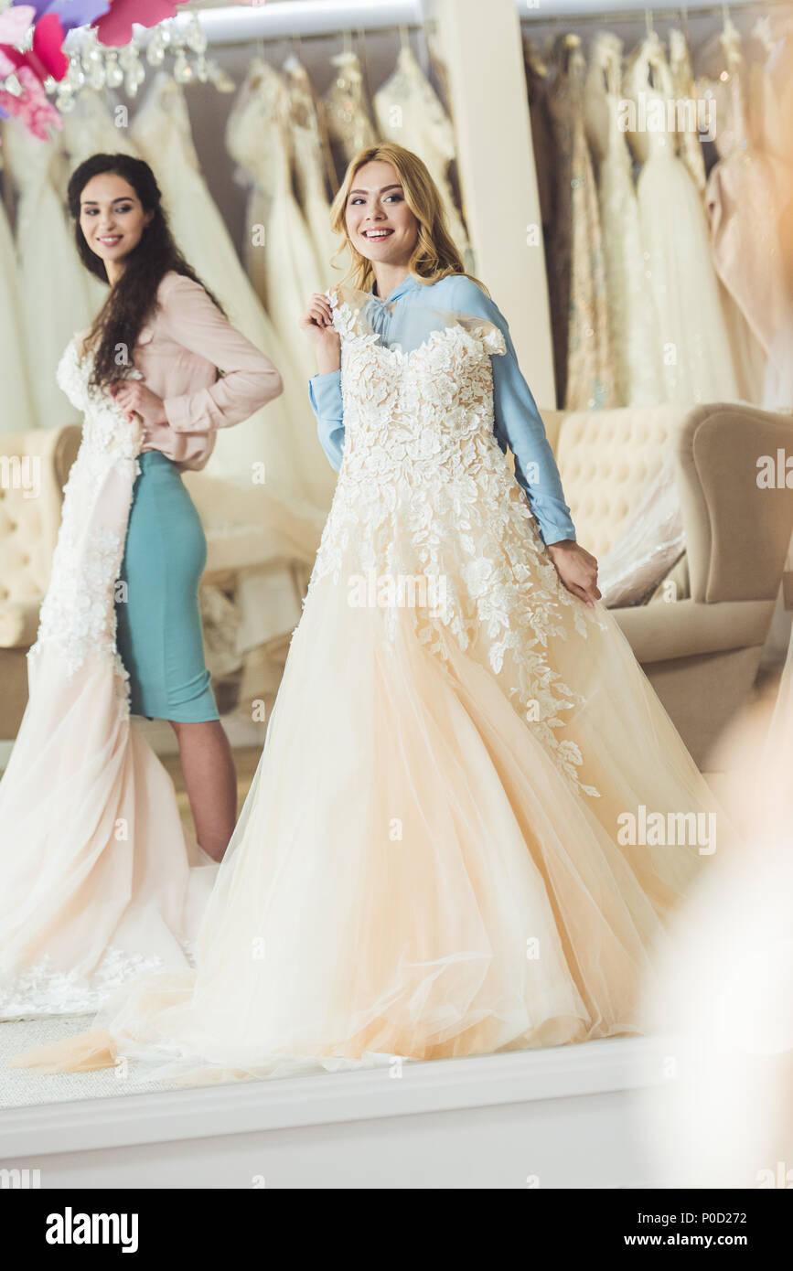 b1e77bffe Celebración de novias vestidos de encaje en el salón de bodas Imagen De  Stock