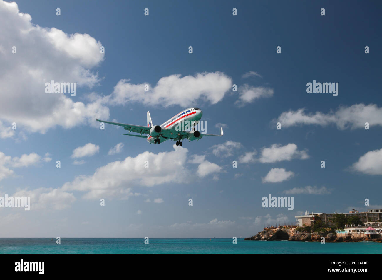 Philipsburg, Saint-Martin - Jan 05, 2015: avión de pasajeros realiza aterrizaje isla tropical Foto de stock