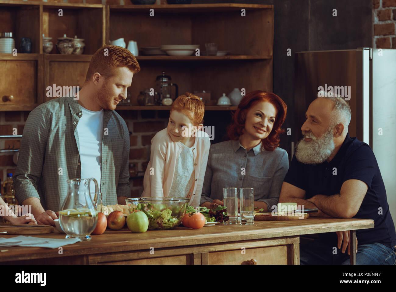 Feliz familia multigeneración cocinar la cena juntos en casa Imagen De Stock