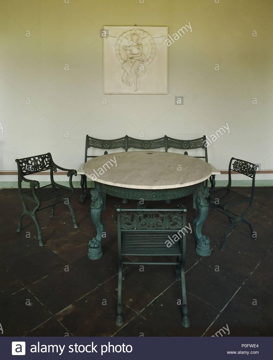 Muebles de jardín de hierro fundido en el porche de las termas ...