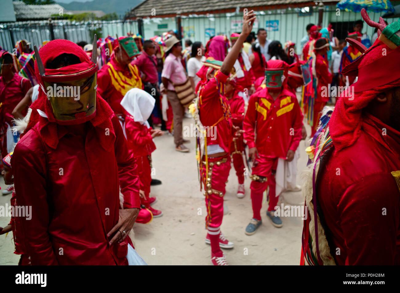 La danza de los diablos y el Corpus Christi, dentro del territorio de los indios Kankuamo, en las estribaciones de los picos nevados de Sierra Nevada. Imagen De Stock