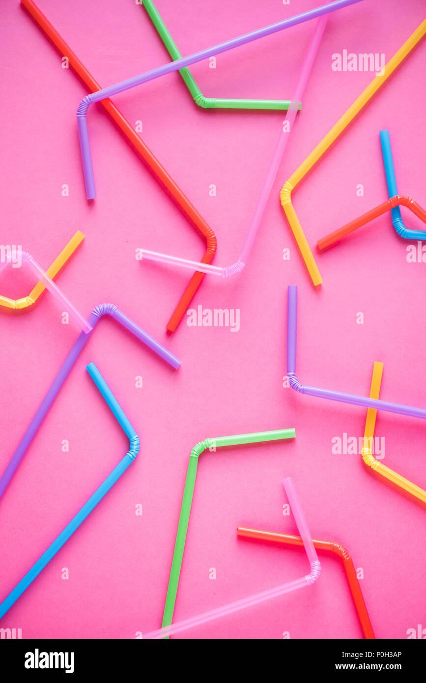 Pajas sobre fondo de color rosa. Cóctel de verano, divertidas y felices vacaciones concepto. Foto de stock