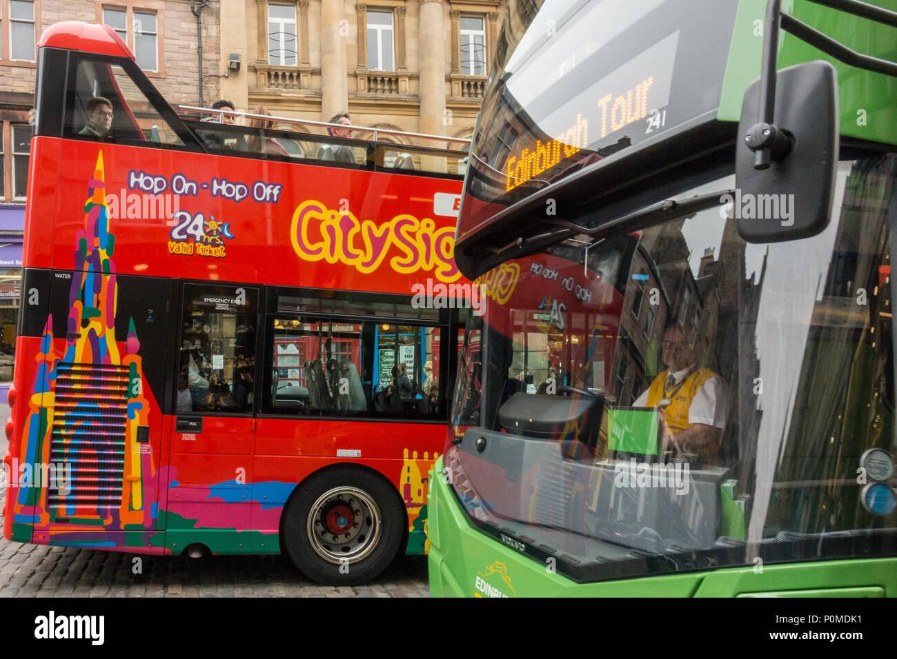 Los autobuses turísticos en el casco antiguo de Edimburgo, Escocia, Reino Unido Imagen De Stock