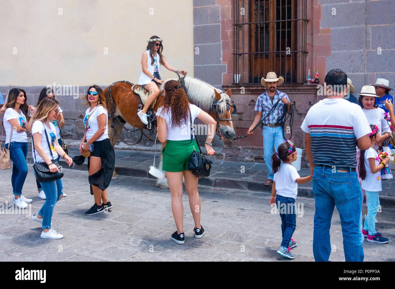 Vaquero mexicano alentar a los turistas a hacer instantánea con su caballo  en San Miguel de d243f53fde1