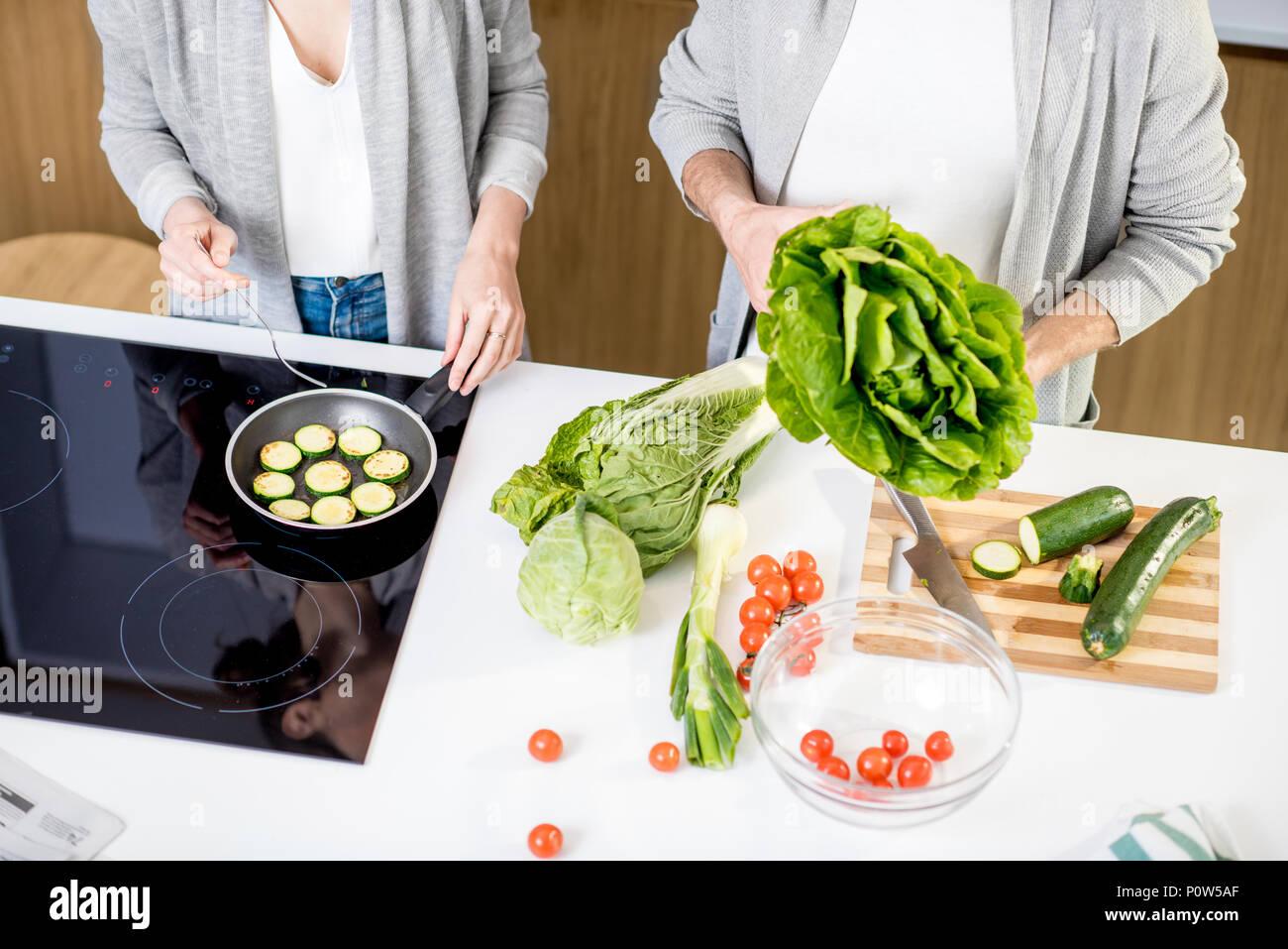 Cocinar algunos alimentos vegetarianos Imagen De Stock