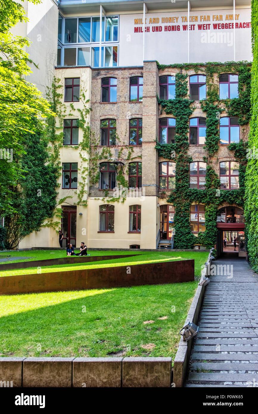 ,Berlín Mitte Sophie-Gips-Höfe.edificio histórico del siglo XIX y a finales del siglo XX, además,Hoffman galería en el piso superior con word art escultura Foto de stock