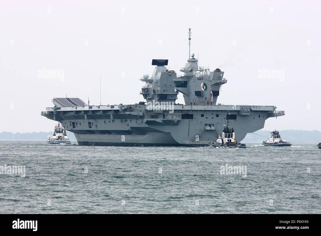 Portsmouth, Reino Unido. El 10 de junio de 2018. Visto por una gran multitud, la Royal Navy portaaviones HMS Queen Elizabeth sale su puerto de Portsmouth para su última implementación. Foto de stock