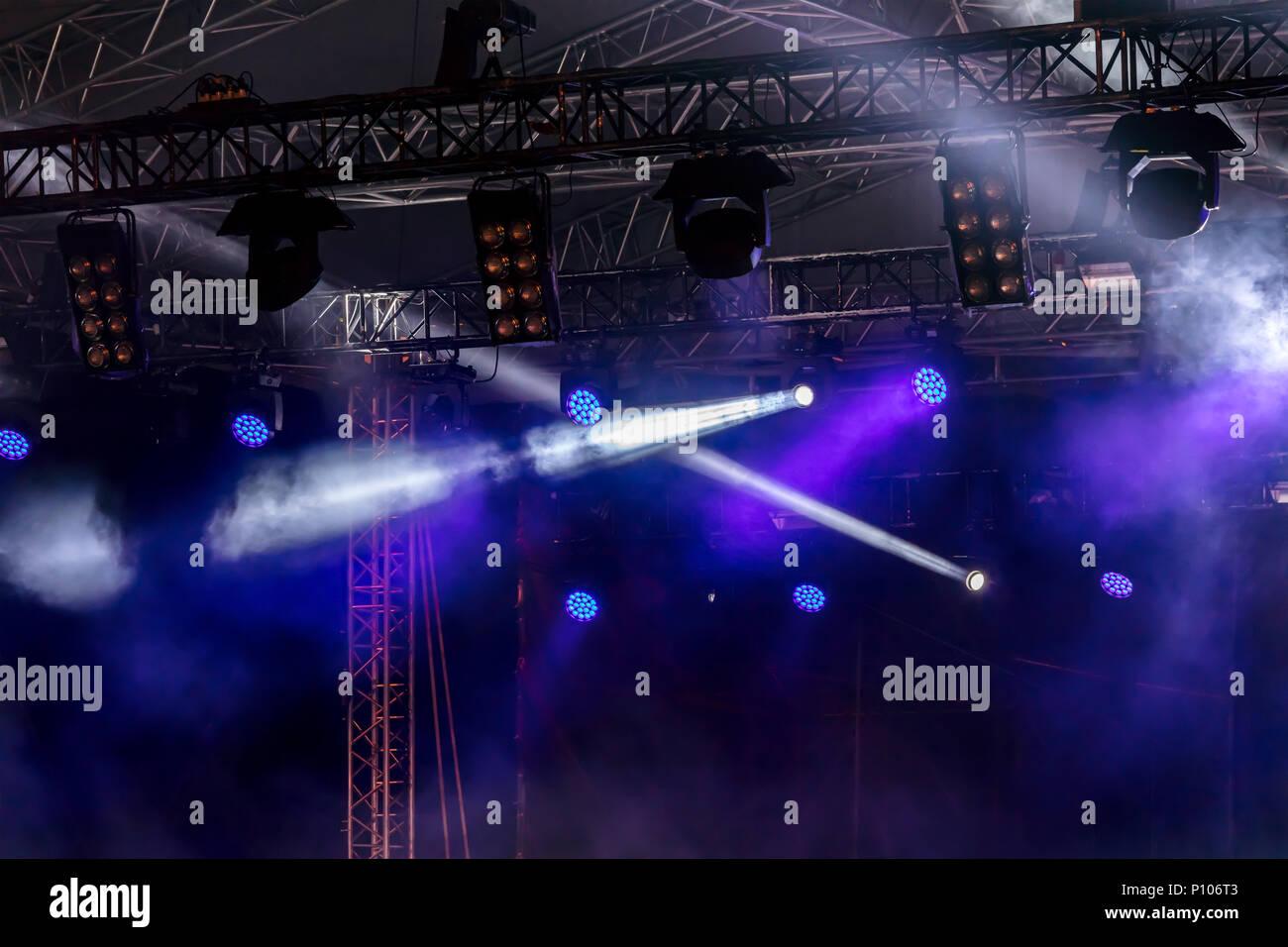 0c96c5988 Etapa lightning equipo. Un rayo azul de proyectores, rayos reflector ...