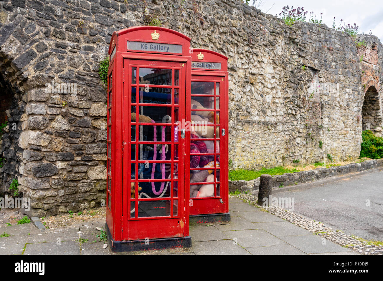 """Tuffed"" exposición en la galería de K6 en Southampton, que se exhibe en dos Grado II figuran cuadros de teléfono rojo, Southampton, Inglaterra, Reino Unido. Foto de stock"