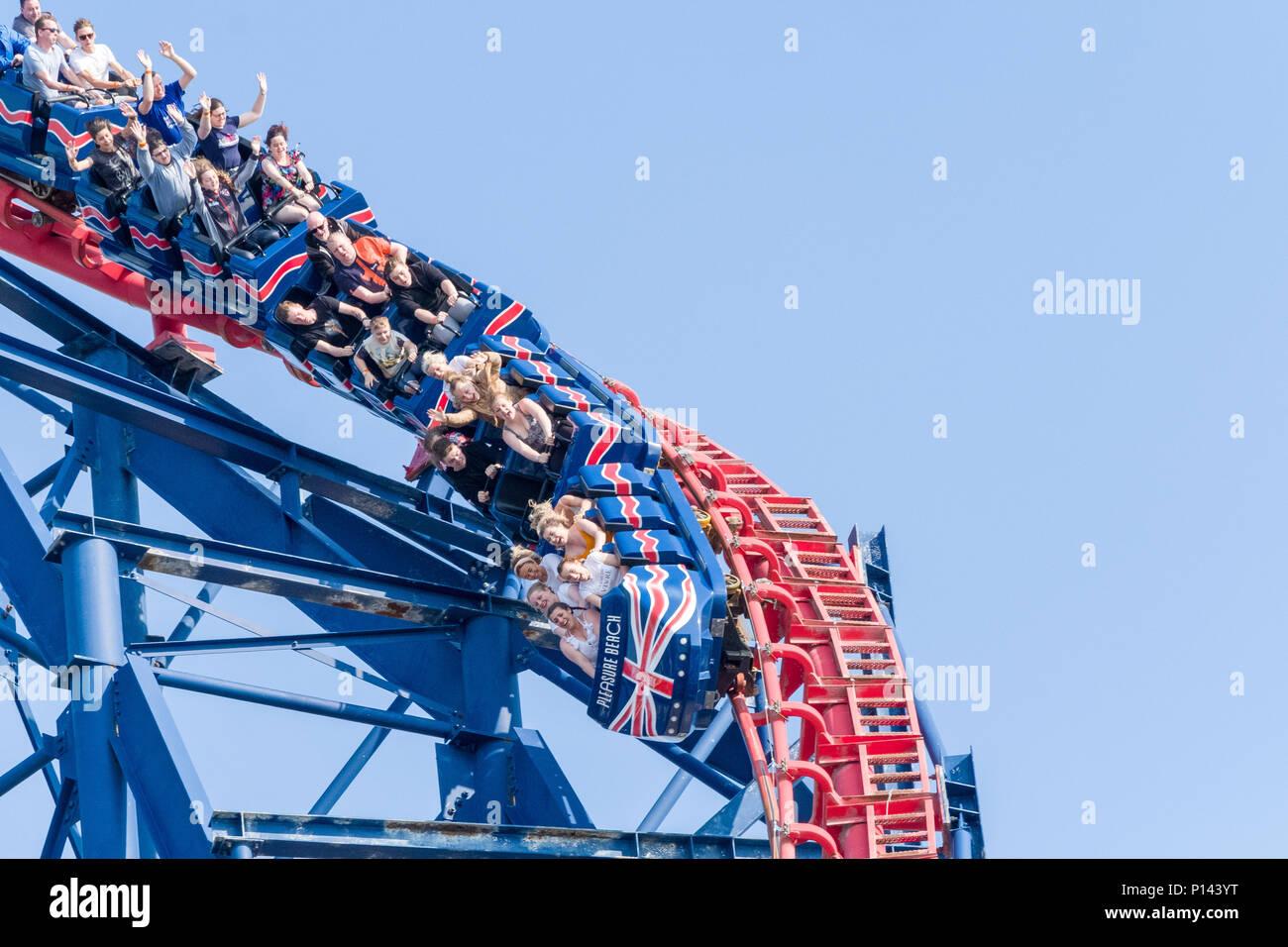 La gente en la cima de la gran montaña rusa, la playa de Blackpool, Lancashire, Inglaterra, Reino Unido. Imagen De Stock