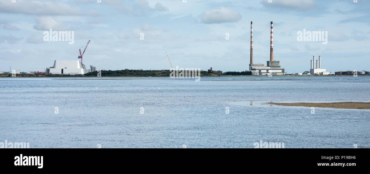 La nueva Dublín Waste to Energy (DWTE) planta en construcción en la península Poolbeg en El Puerto de Dublín, al lado de la histórica chimeneas gemelas de Poolbeg P Foto de stock