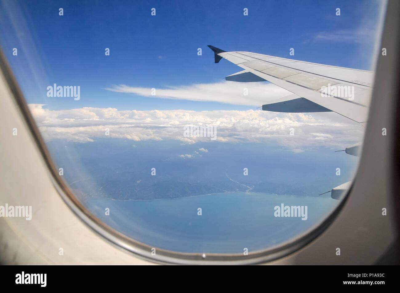 Vista elevada del Mar Mediterráneo y las nubes como se ve a través ...