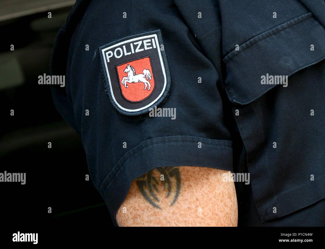 El 5 de junio de 2018, Hannover, Alemania: El oficial de policía Enrico Burtz presenta un tatuaje en el brazo superior. Sólo se puede ver cuando la manga corta de su uniforme se desliza hacia arriba. Foto: Holger Hollemann/dpa Imagen De Stock