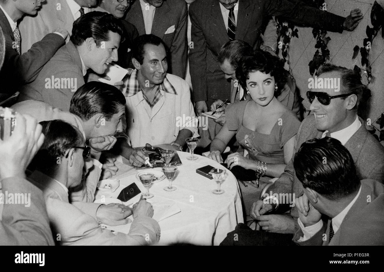 Descripción: E. Taylor visita España con su segundo marido Michael Wilding. . Año: 1954. Estrellas: Elizabeth Taylor. Imagen De Stock