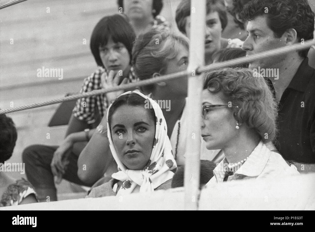 Descripción: E. Taylor en la plaza de toros Monumental de Barcelona con su cuarto marido Eddie Fisher (sentado detras) en 1963. . Año: 1963. Estrellas: Elizabeth Taylor. Imagen De Stock