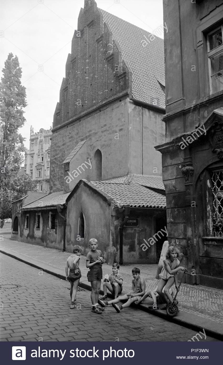 Ninos Jugando En La Fuente De Alt Neuschul La Sinagoga Mas