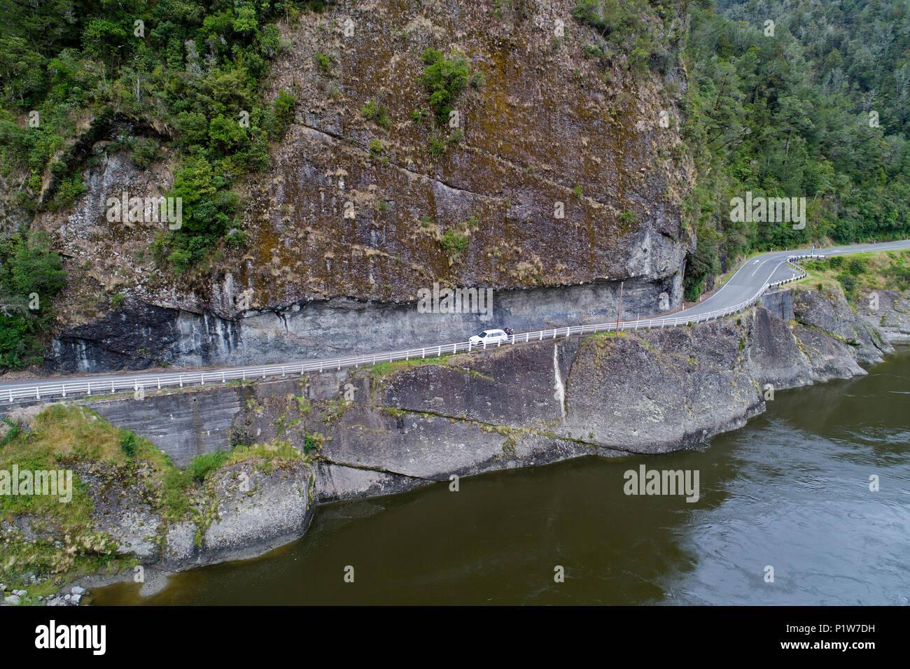 Hawks risco y Río Buller Buller Gorge, State Highway 6 cerca de Westport, Costa oeste, Isla del Sur, Nueva Zelanda - antena drone Foto de stock