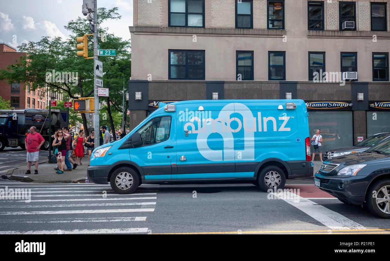 """Una """"marca"""" ambulanz on demand ambulancia es visto aparcado en el barrio de Chelsea, en Nueva York, el sábado, 2 de junio de 2018. La compañía impulsada por tech despachos a través de un app, lo que permite un seguimiento en tiempo real, programar y no es parte del sistema 911 de Nueva York. (© Richard B. Levine) Foto de stock"""