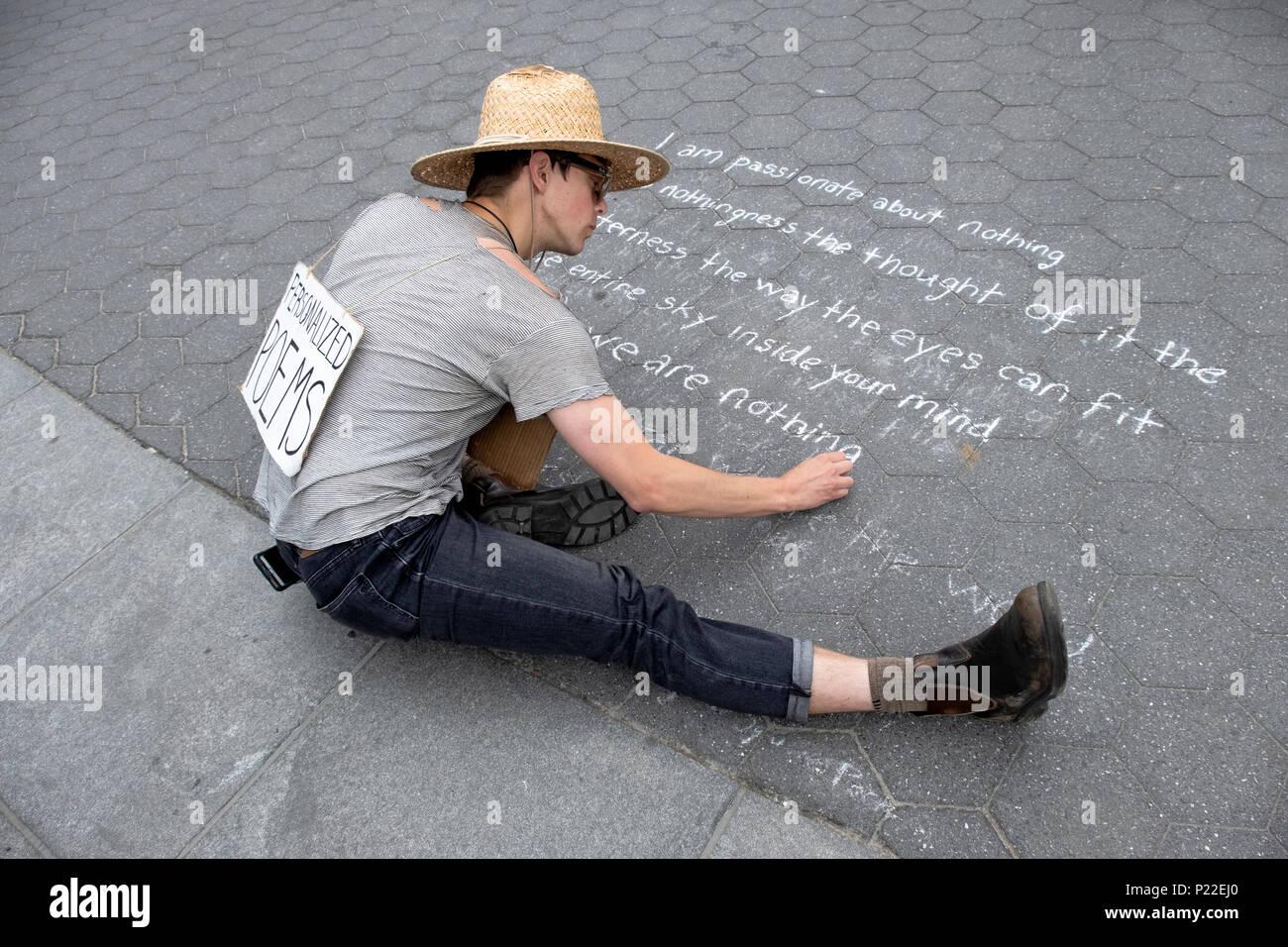 Un hombre que escribe un poema poemas personalizados con tiza en el suelo en Washington Square Park en Manhattan, Ciudad de Nueva York. Imagen De Stock