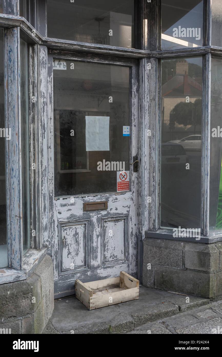 Vacante vacía escaparates en Truro. La metáfora de la muerte de la High Street, se cierran las tiendas, recesión, High street, cierres de tiendas vacantes. Imagen De Stock